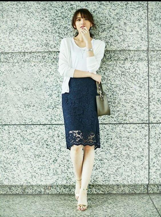 白t恤 牛仔裤过时了,白t恤 半身裙才是今夏最优雅有女人味的搭配