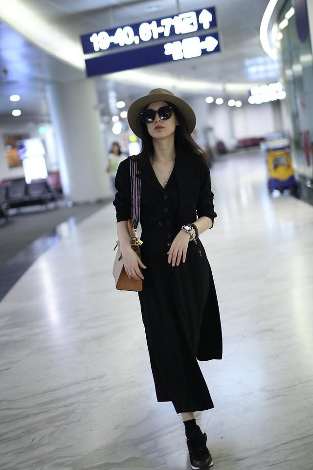将小黑裙融入日常穿搭!黄圣依、张钧甯8个方法令小黑裙重获新生